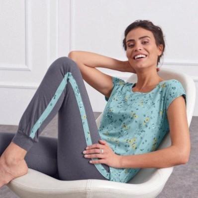 Vzdušné pyžamo s potlačou, športový dizajn