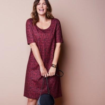 Šaty s minimalistickým vzorom a rukávmi po lakte