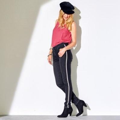 Úzke džínsy s lampasmi